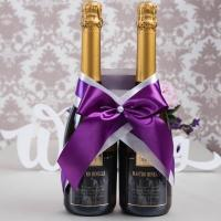 сиренево-фиолетовое украшение на свадебное шампанское фото