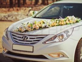ветка из искусственных цветов на капот машины