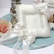 белая подушка для колец с лилиями