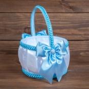 корзинка бело-голубая для лепестков роз фото
