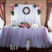белый свадебный президиум с яркими цветочными композициями