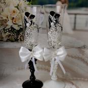 жених и невеста в танце бокалы на свадьбу с бантиками
