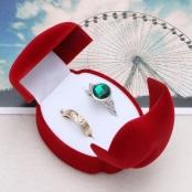 красная бархатная коробочка под кольца фото