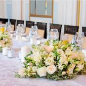 кремовая цветочная композиция на столы гостей на свадьбе