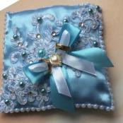 голубая подушечка для колец с кружевом и сердечком