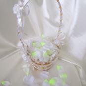 белая корзиночка для лепестков роз фото