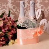 корзиночка для свадебного шампанского персиковая с кружевом премиум фото