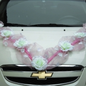 розовая лента украшение на машину