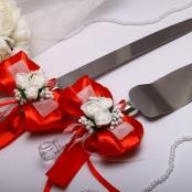 нож и лопатка для свадебного торта в красном цвете