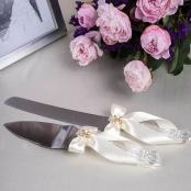 белые приборы для свадебного торта