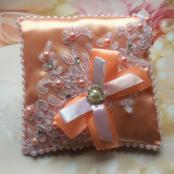 персиковая подушечка для обручальных колец с кружевом фото