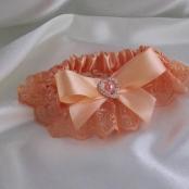 персиковая свадебная подвязка невесты фото