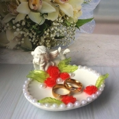 подставка для колец с красными розами и ангелочком