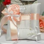 песиковая подушечка для обручальных колец с розами ручной работы