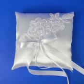 белая подушечка для колец с кружевом фото
