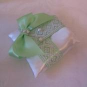 салатовая подушечка для колец на свадьбу фото