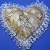 золотистая подушечка для колец на свадьбу
