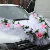 пышная белая лента с розовыми розами