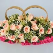 розовые розы с кольцами на крышу