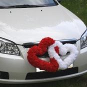 красное и белое серде на радиатор капот машины