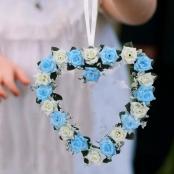 сердце из бело-голубых роз купить