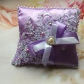 сиреневые подушечки для обручальных колец на свадьбу фото