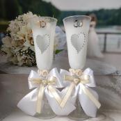 белые свадебные бокалы с бантами белыеми и айвори фото