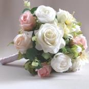 букет дублер из белых и розовых роз теплого оттенка фото
