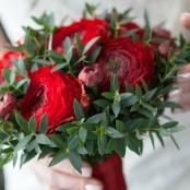 букет из красных ранускулюсов дублер на свадьбу фото
