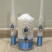 голубые свечи на свадьбу с брошками и кружевом фото