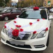 красный комплект на свадебную машину из искуссвенных цветов и лент
